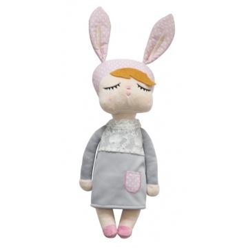 Kanindocka pop met konijnenoren, grijze jurk, roze oren