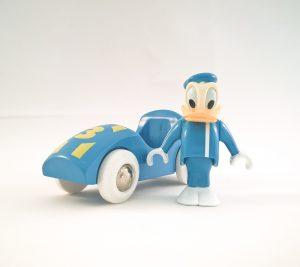 Donald Duck met race auto