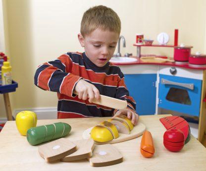 Jongetje spelen met houten snijfruit melissa doug