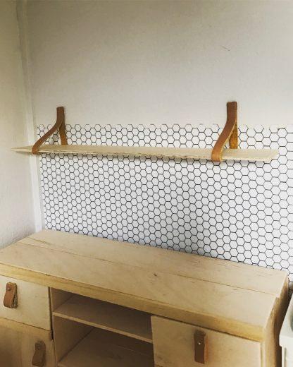 Houten plank met dragers voor het poppenhuis